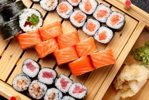 sushi fat content is lower in tuna or salmon sushi